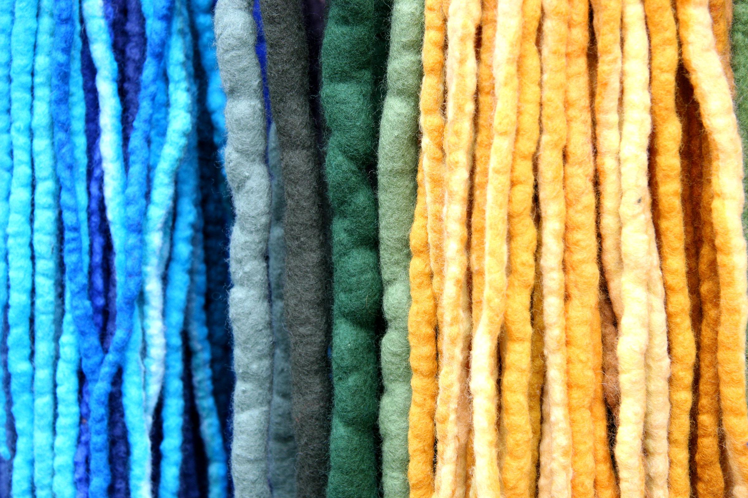 Vertikala garntrådar i olika färger