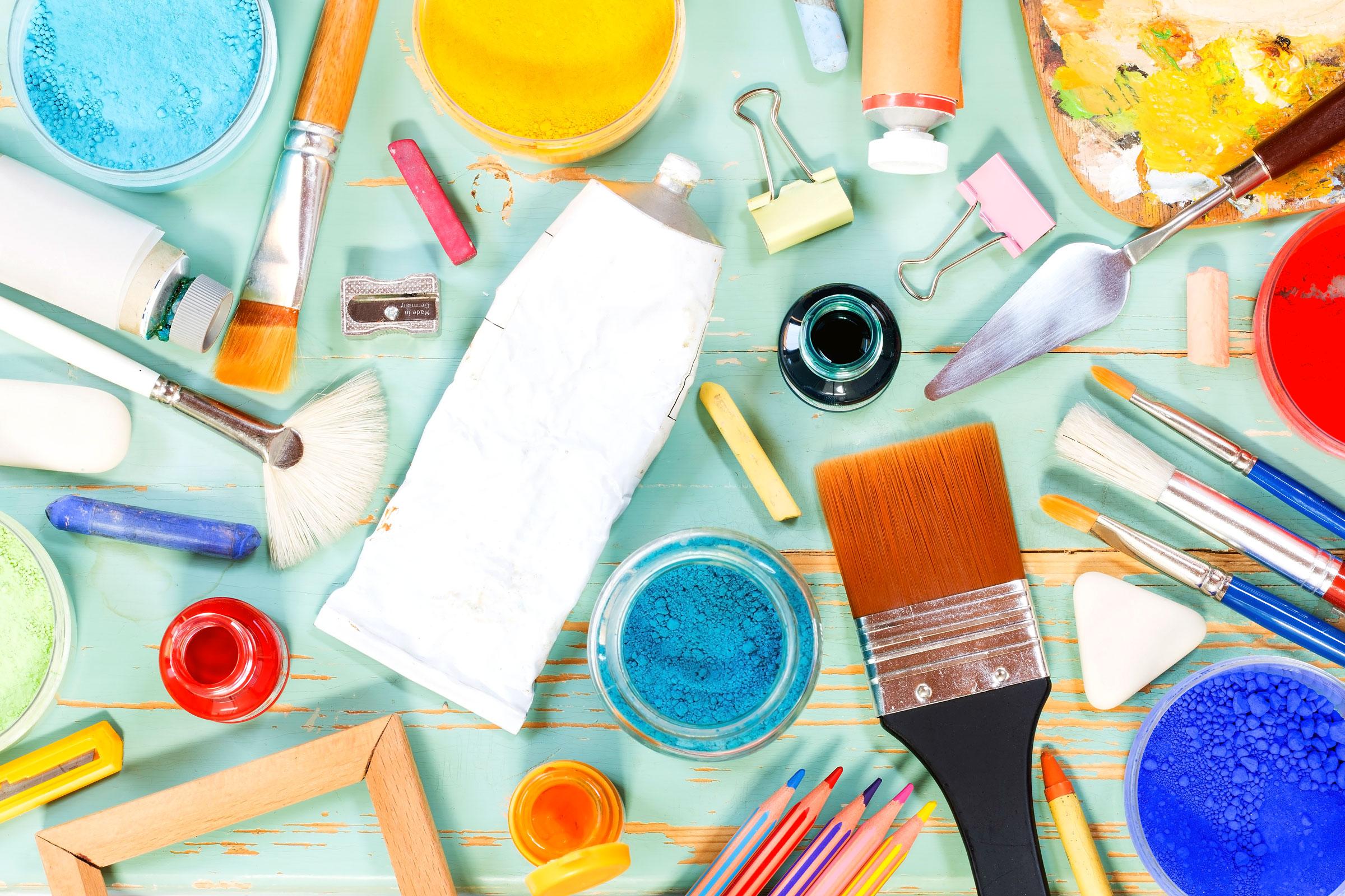 Penslar, färgtuber och diverse verktyg