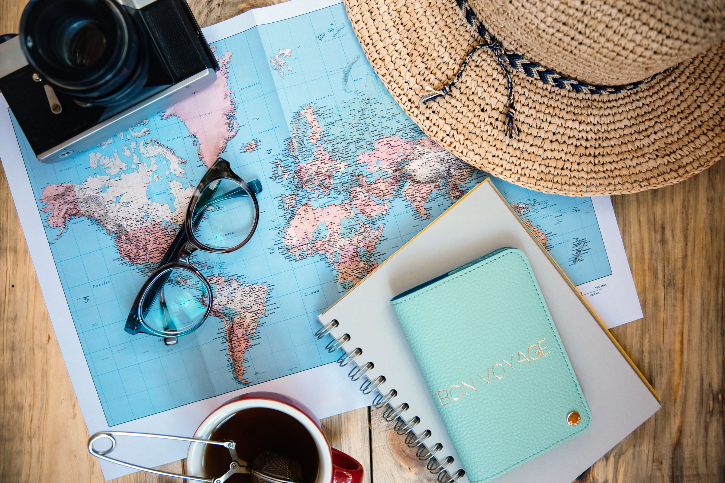 Världskarta, stråhatt, kamera och en kalender